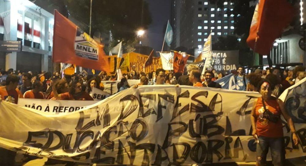 Miles protestan en Brasil contra recortes educación